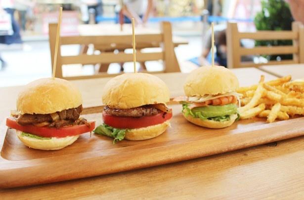 「スライダーバーガープレート」(税抜1280円)。写真左から、「ビーフバーガー」「OMGバーガー」「アボカドとスモークサーモンのサンド」