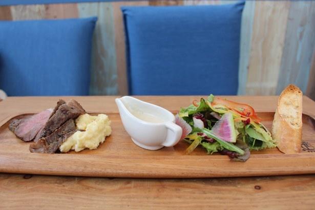 「ローストビーフステーキ」(税抜1480円)は、ワンプレートにサラダやパンも盛られている