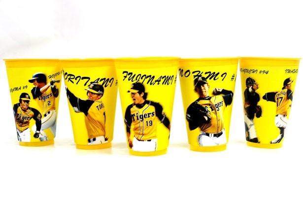 迫力ある選手のプレーシーンがデザインされた「ウル虎ビアタンブラー付きビール」(1000円)