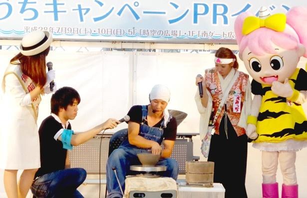 岡山県によるPRステージでは、備前焼のロクロ実演が披露された