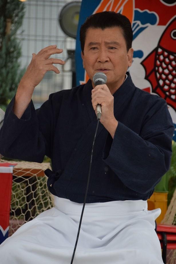 老舗そば店の店主である橋田役を務める里見浩太朗