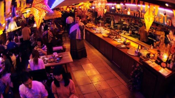 「混雑中の予約」篇では、とあるタイ料理店が舞台