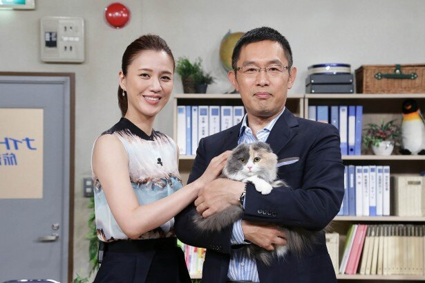 猫のリコの宣伝部長就任で「土曜スペシャル・ナイトウ旅行社」のパワーアップを宣言した内藤剛志と遼河はるひ