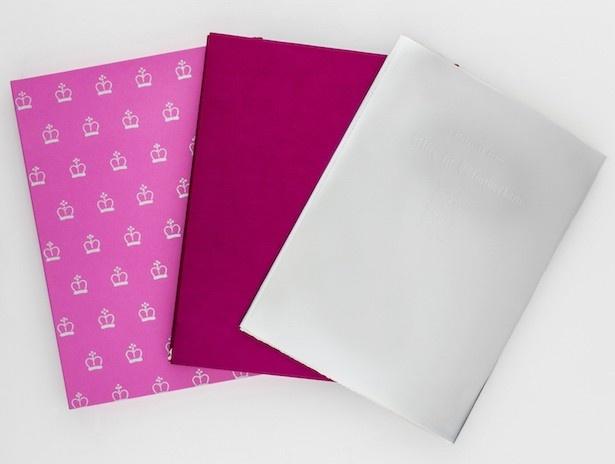 【写真を見る】オリジナル染め総山羊革装。うすいピンクと濃いピンクの組み合わせが華やか
