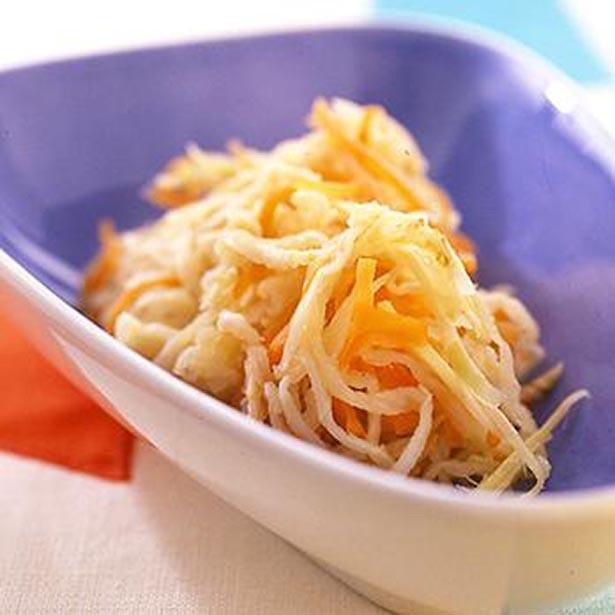 【写真を見る】カルシウムとビタミンKを含む野菜を副菜に。「にんじんと切り干し大根のしょうが漬け」