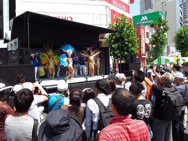 浅草サンバカーニバルで何度も優勝しているサンバチームも参戦し、会場を盛り上げる