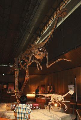 超大型の巨大羽毛恐竜「ギガントラプトル」には子供もびっくり!?