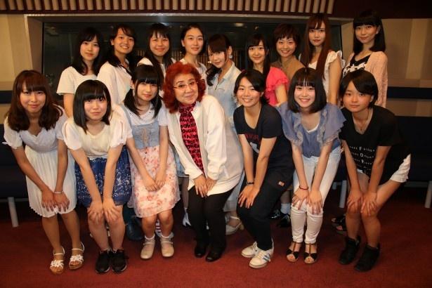 【画像を見る】ファイナリスト15人と笑顔を見せる野沢雅子