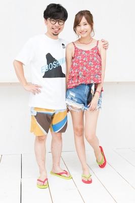 【写真を見る】劇中の衣装で登場した浜野と佐野。二人は仲良しカップルの設定
