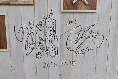 浜野(左)と佐野(右)のサイン
