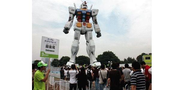 お台場・潮風公園の「GREEN TOKYO ガンダムプロジェクト」の実物大ガンダム。夏休み初日は約60分待ちの大混雑に