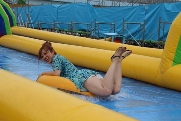 【写真を見る】浮き輪に乗り、「ハイドロスライダー」を体験する菊地亜美
