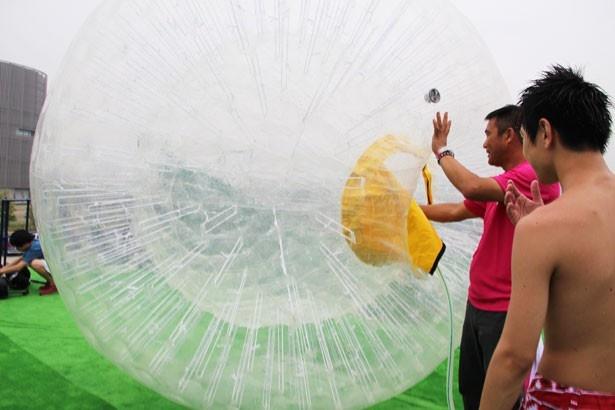 東京初上陸の「ハイドロボール」。まずは巨大なボールにホースで水を注入