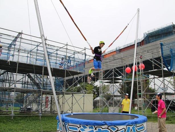 専用のハーネス、ゴムロープとトランポリンを使用して、空高くジャンプする「ハイパージャンパー」