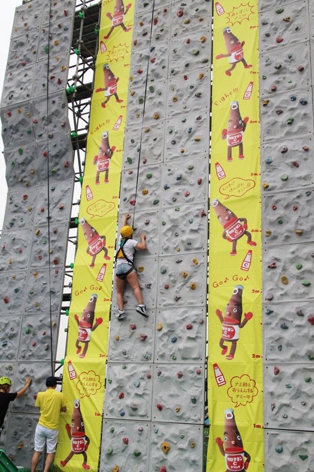高さ11mの壁を登る「ウォールクライマー」