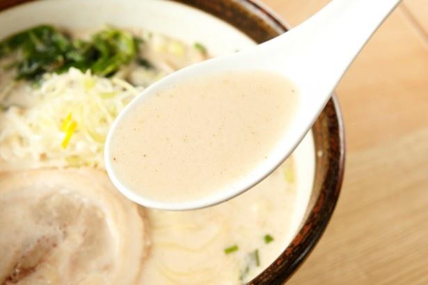 スープはまろやかな塩味。最後の一滴まで飽きずに、素材の旨味を味わえる
