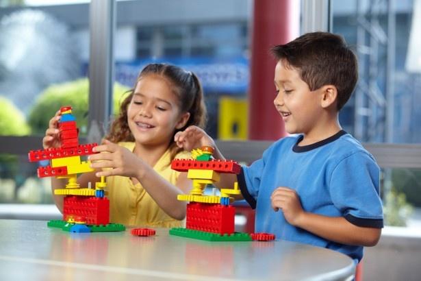 ブリックトピアにあるビルド・アンド・テスト。レゴの車を組み立てて競争する