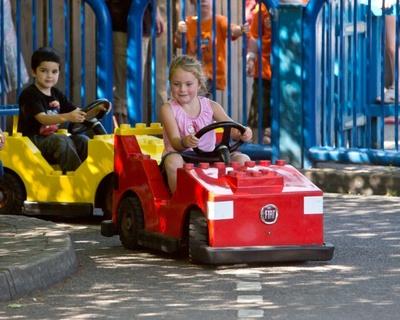 レゴランドドライバーズライセンスが取得できるアトラクションドライビング・スクール・サービス・ステーションはレゴ・シティエリア内にある