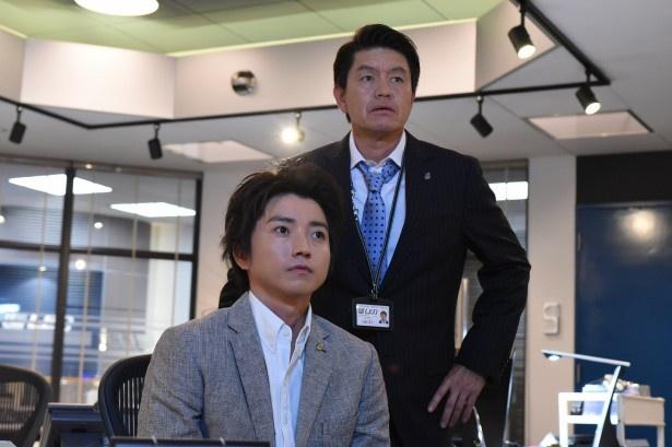 藤原竜也(写真左)演じる藤堂新一の上司・田嶋達生役のヒロミ(写真右)