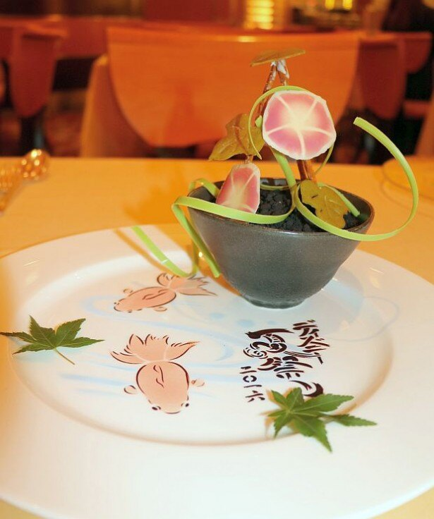 """「""""ディズニー夏祭り""""エンパイアディナー オリジナルピン付き」(1万1630円、コーヒーまたは紅茶付き)のサンデー"""