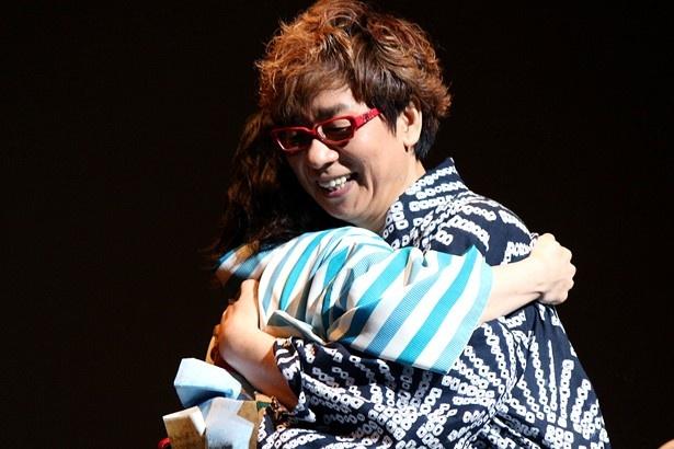 この手紙に松岡は思わず感涙し、山寺と抱擁した