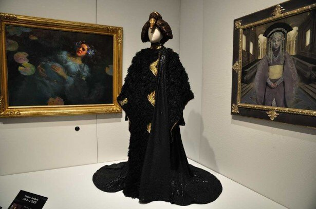 パドメ・アミダラの衣装(レプリカ)とともに展示されたアートが、作品世界をさらに深く掘り下げる