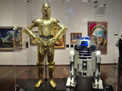 スター・ウォーズシリーズの人気者、ドロイドのC-3POとR2-D2。「スター・ウォーズ/フォースの覚醒」にも登場した