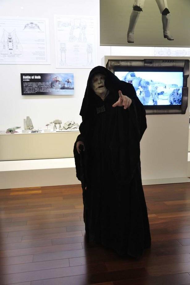 お忍びでスター・ウォーズ展を訪れた銀河帝国の初代皇帝・パルパティーン(の仮装をした人)