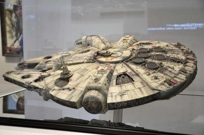 ミレニアム・ファルコンをはじめ、宇宙船やデス・スターの模型も展示。その精巧さに驚く