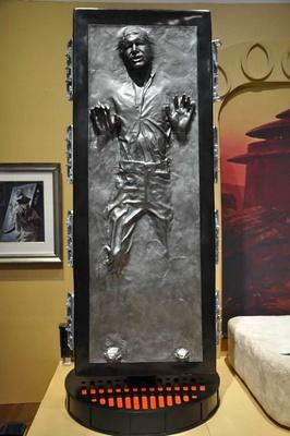 炭素冷凍されたハン・ソロ(レプリカ)の姿も。展示を見ながら、映画の世界を追体験できる