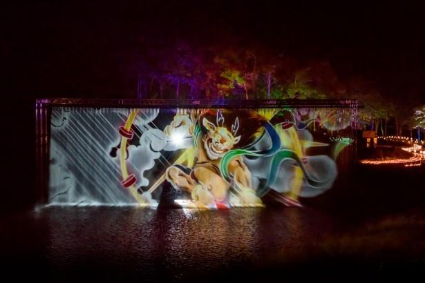 「風神~起承編」は下から風のように舞い上がった水に、「雷神~転結編」(写真)は雷のように上から落ちるウォーターカーテンに3D映像を投影する