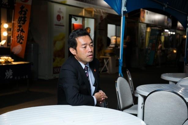 記者会見に登壇した直後の元谷社長にイルミ屋台村で話を伺った