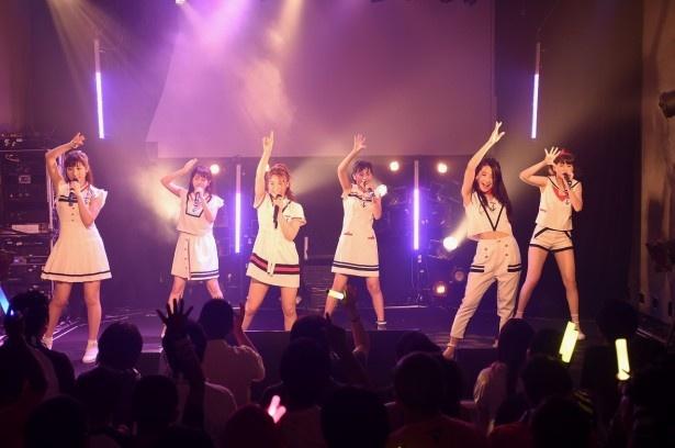 La PomPonは、KAREN、RIMA、YUKINO、KIRI、MISAKI、HINA(写真左から)の6人組だ