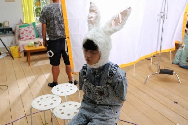 【写真を見る】まるで天使!? ウサギのかぶり物で目を閉じるゆうたろう