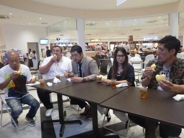 「いきなり!黄金伝説。」で、最新人気高速グルメを食べる小垰英二、把瑠都、高田延彦、ギャル曽根、篠原信一(写真左から)