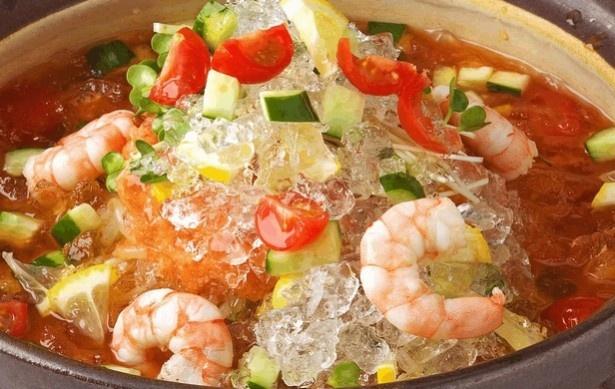 氷をガリガリかじりながら食べる、新感覚の「夏鍋」。レモンやミント入りのトマトベースだから暑さもスッキリ