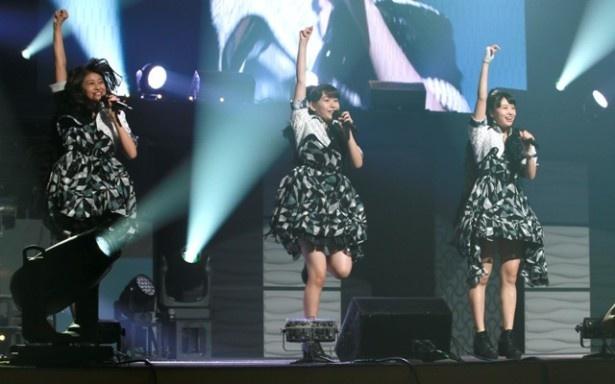 新メンバーを加え、新体制となったアンジュルム。かっさー(笠原桃奈、中央)はリーダー・あやちょ(和田彩花、左)、あいあい(相川茉穂、右)と一緒に堂々としたパフォーマンスを見せた