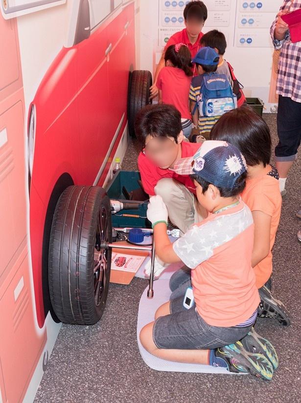 子供たちがタイヤ交換を実際に体験できるブースも