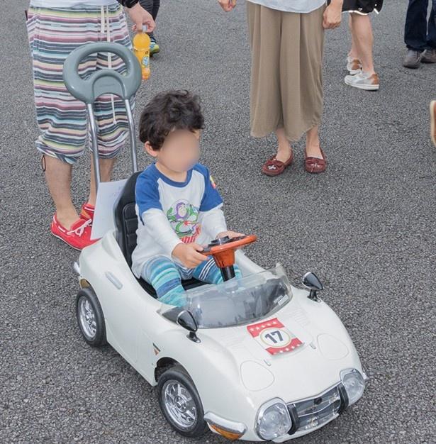 名車2000GTのミニチュアで遊ぶ子供