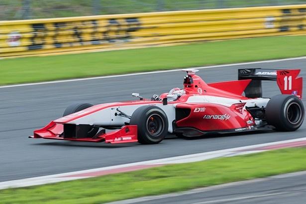 ブレーキローターを赤くさせながら、ダンロップコーナーに入るマシン
