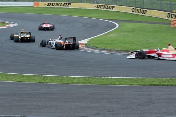 レース中盤、中段の争いは熾烈を極める