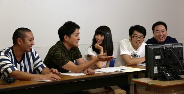 【写真を見る】アシスタントを務める「夢みるアドレセンス」の荻野可鈴は今後要注目!