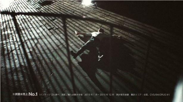 新CM画像4:倉庫の中、地面に寝転ぶ