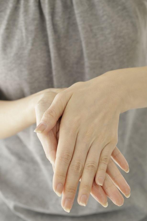 手のひらを合わせて、自分の手と同じくらいの温度に温めると肌なじみがよくなる