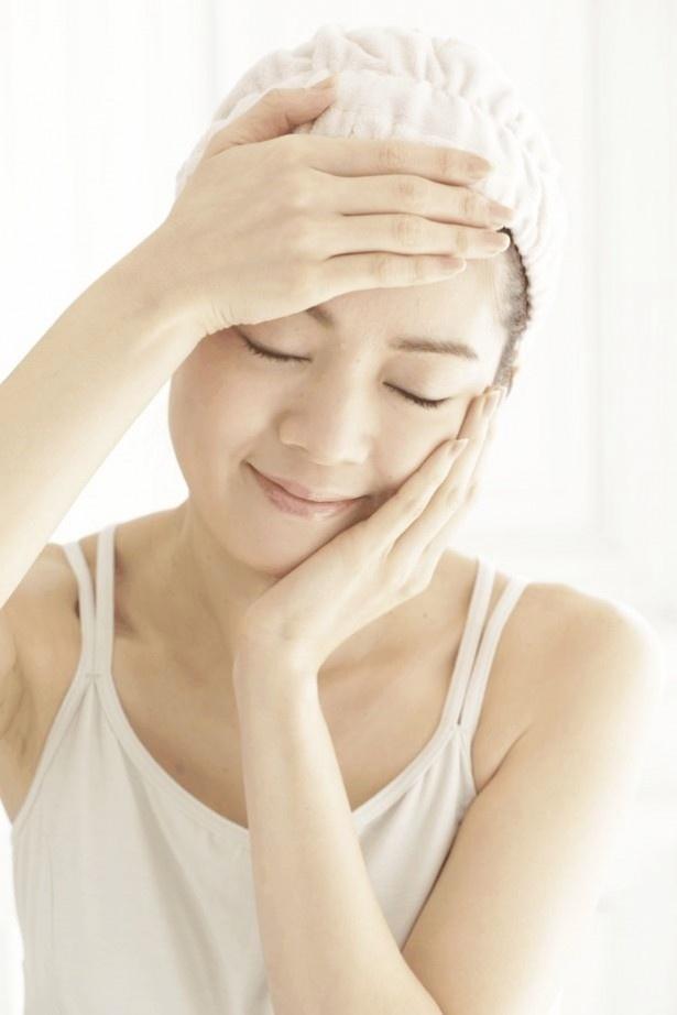 【写真を見る】化粧水の浸透を待つ必要はなし! 化粧水後はすぐ乳液をつけて