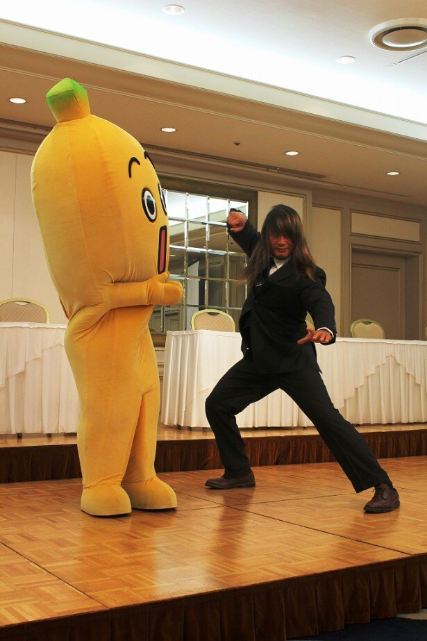 榊基次のポーズを披露する棚橋選手