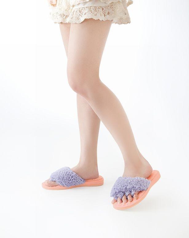 【写真を見る】足指が開くスリッパを履くだけでもOK!「眠れる森の5本指 ふわもこスリッパ」1,500円(税抜)