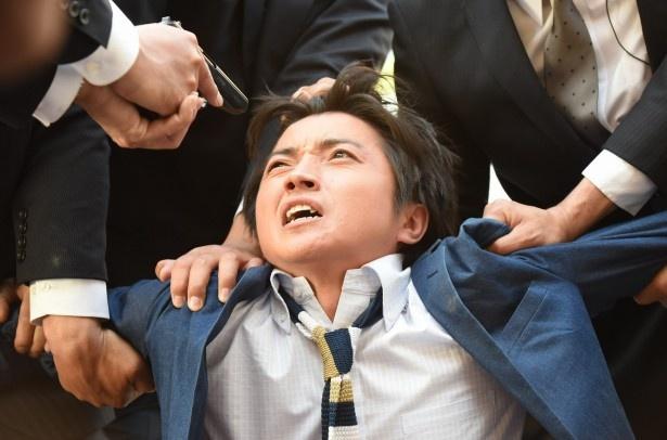 【写真を見る】藤原竜也、第2回では銃を突きつけられる悲劇!