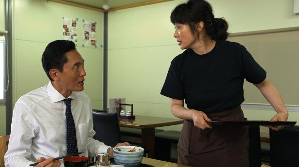 【写真を見る】余貴美子と松重豊の共演シーンはまさに宮城の食堂の風景!