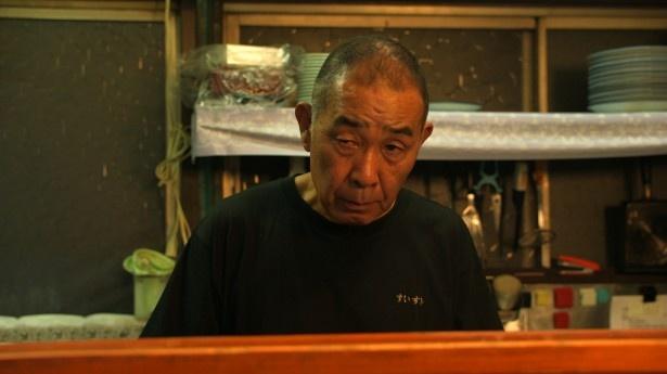 五郎(松重)の立ち寄る飲食店の店主役で出演するでんでん